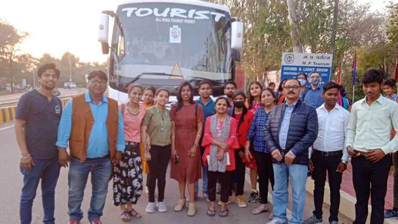 खजुराहो के सुंदर परिदृश्य और वास्तुकला को ई-बाइक टूर के माध्यम से जाना
