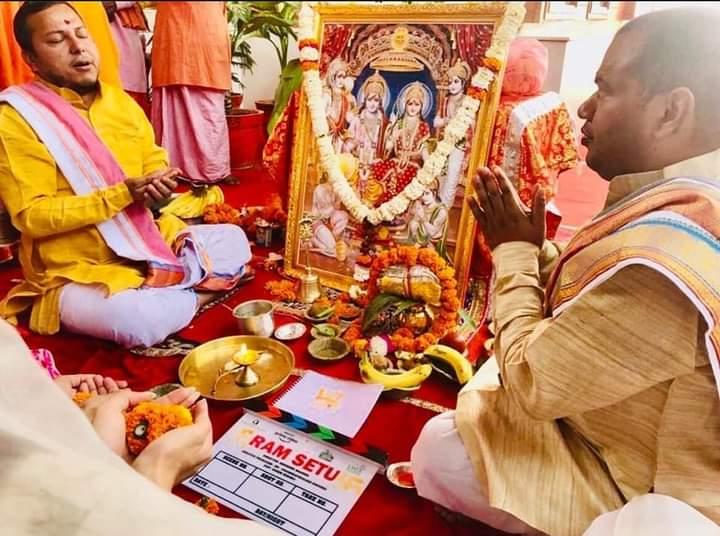 अक्षय कुमार ने अपनी फिल्म रामसेतु का मुहूर्त पूजन  रामलला के समक्ष कर आशीर्वाद लिया