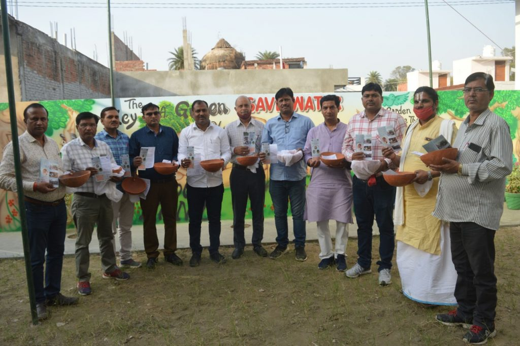 विश्व गौरैया दिवस :  यूनीक एकेडमी बेनीगंज में सवेरा परिवार ने किया मिट्टी के सकोरो का वितरण
