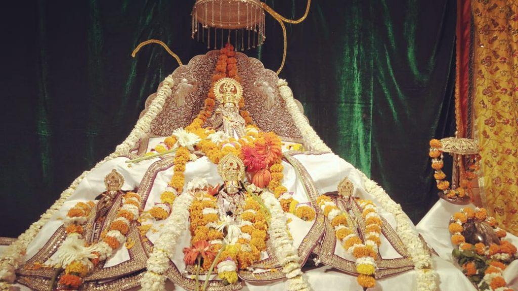 रामलला नेे बांके बिहारी के गुलाल से खेली होली, पहने खादी के डिजायनर वस्त्र, भोग में लगी खास 11 तरीके की गुझिया