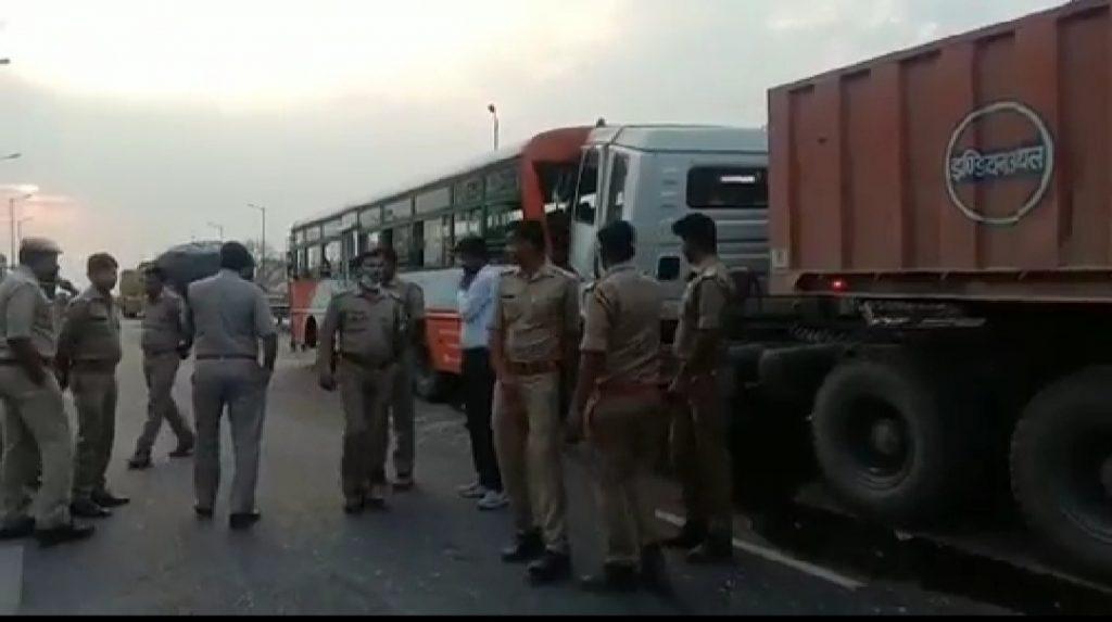 ट्रेलर की ठोकर से छह बस यात्रियों की मौत , दो घायल
