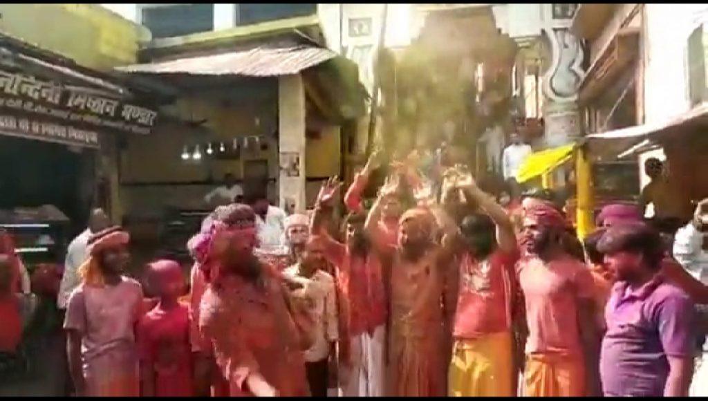 हनुमानगढ़ी से आरंभ हुई अयोध्या की होली, सन्तों ने पांच कोस की सीमा में खेली होली