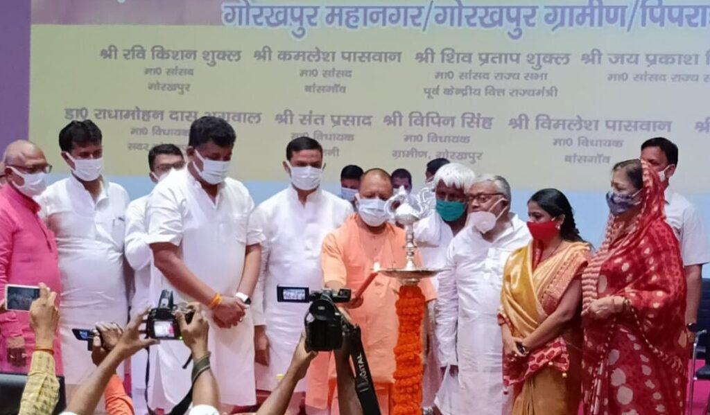 मुख्यमंत्री योगी आदित्यनाथ ने गोरखपुर में 8025.47 लाख की लागत से 123 अवस्थापना विकास परियोजनाओं का लोकार्पण व शिलान्यास किया